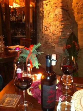 This restaurant is inside an old estruscan underground cavern so there 39 s little caves everywhere - Antica osteria da divo siena ...