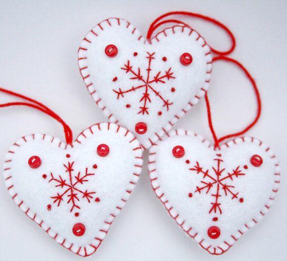 Filt Jul hjerte smykker, Håndlavede røde og hvide snefnug hjerter, Sæt med 3 skandinaviske broderede hjerter, vinter bryllup favoriserer.