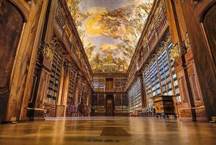 世界で最も美しい図書館 チェコにある ストラホフ修道院 に行ってみたい 修道院 美しい場所 美しい