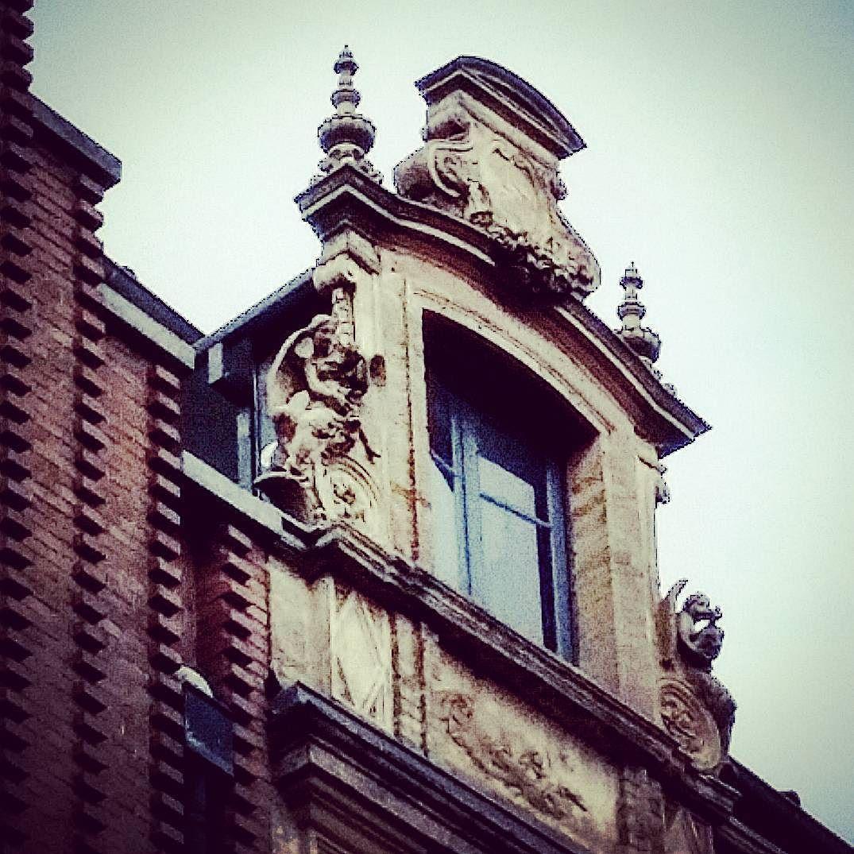 La solitude des anges. 64 rue de la Pomme #Toulouse  #ByToulouse #VisitezToulouse #We_Toulouse #igerstoulouse #tourismemidipy #architecture #instarchitecture #architectureporn #architecturelovers #trésorspatrimoine #patrimoine #terrecuite