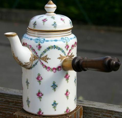 Chocolatiètier with wooden handle verseuse à anse latérale en bois ou chocolatière en porcelaine de paris rue thiroux manufacture la reine 1776 – 1806