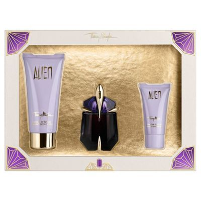 Alien is a fragrance like no other, the ultimate expression of femininity wrapped in a veil of sensuality, a blend of rich floral notes of jasmine sambac and sensual and mysterious notes of cashmeran wood and white amber. The Alien gift set is presented in a chic limited edition box, containing a refillable Eau de Parfum 30ml, a radiant body lotion 100ml and a shower gel 30ml.