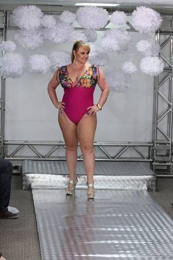 Ana Paula Pituxita virou modelo plus size e desfilou com maiôs e sunquínis