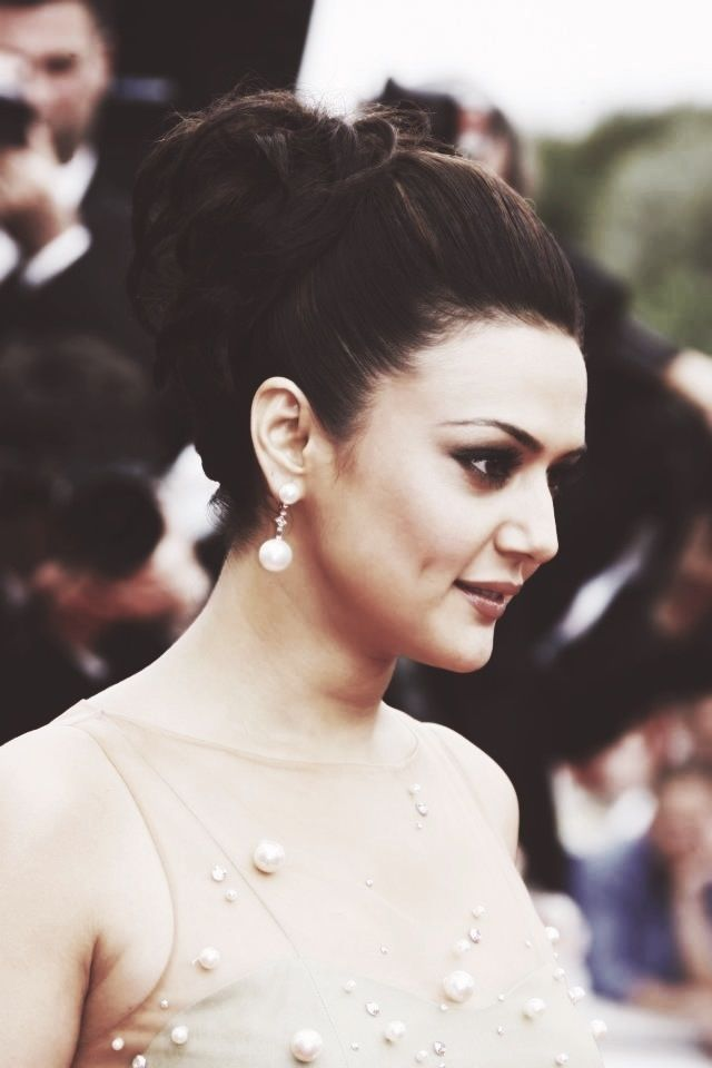 Preity Zinta💋💋 (With images) | Indian hairstyles, Pretty ...