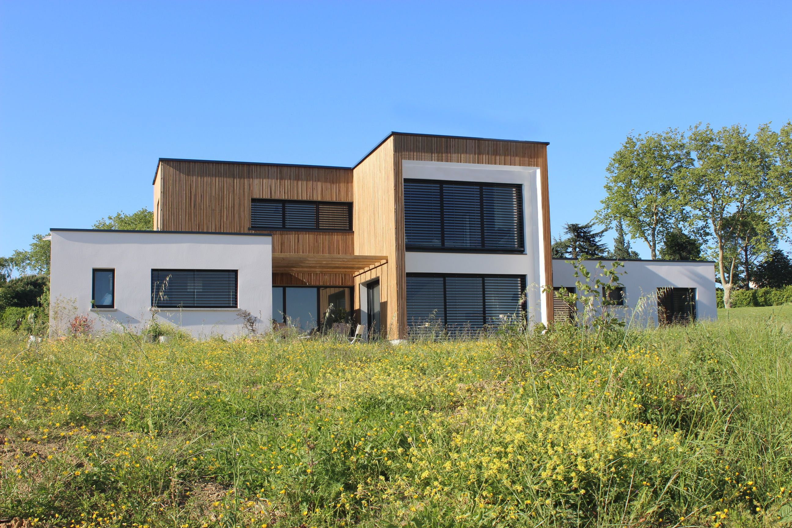 Maison contemporaine bois & béton à toitures végétalisées à côté de ...
