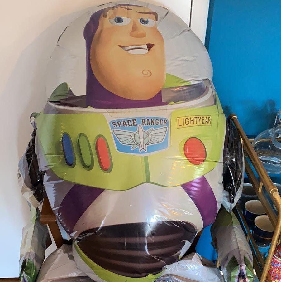 Este Colado Aparece En Muchas De Mis Transmisiones Para Tele E Internet Esta En Pleno Comedor Al Infinito Y Mas Alla Buzzlightyear Movies Pixar Disn In 2020