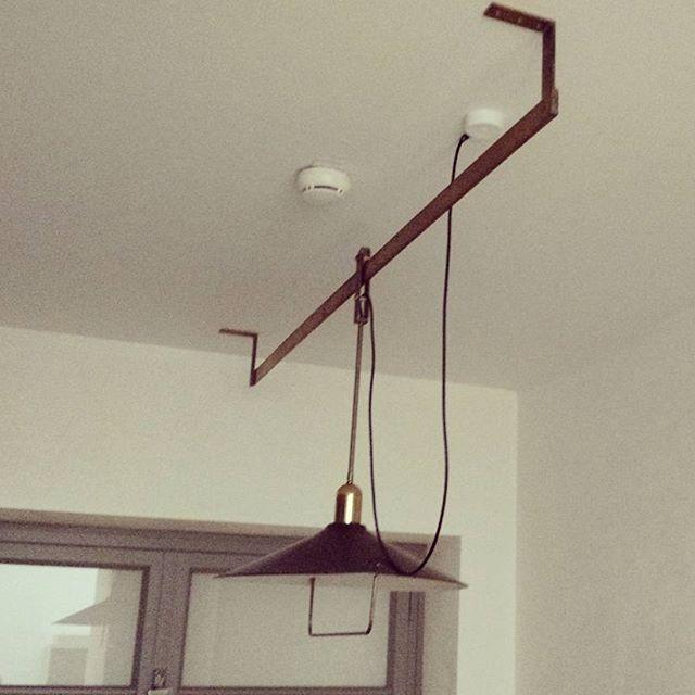 Yksi Frankfurtin keittiön nerokkaista detaljeista oli pitkin putkimaista keittiötä siirrettävä kohdevalaistus. 1920-luvulla kotitalouksien sähköasennukset olivat vielä lastenkengissään ja tämänkaltainen kiskoa pitkin liikuteltava keinovalonlähde oli uutta ja mullistavaa - riittävän kohdevalon pystyi nyt saamaan jokaiseen kotiaskareeseen!