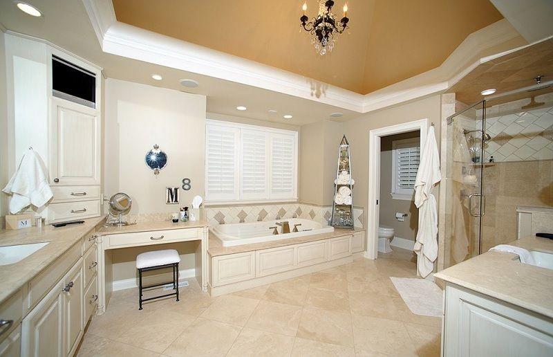 Ba o principal con suelo y azulejos de ducha en crema for Azulejos suelo bano