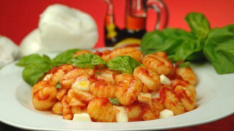 Gli gnocchi alla sorrentina si preparano scaldando l'olio, rosolando l'aglio e aggiungendo poi la passata di pomodoro, infine sciogliendovi dentro il...