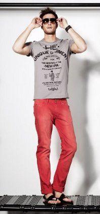 look hombre jean rojo y remera gris - Buscar con Google