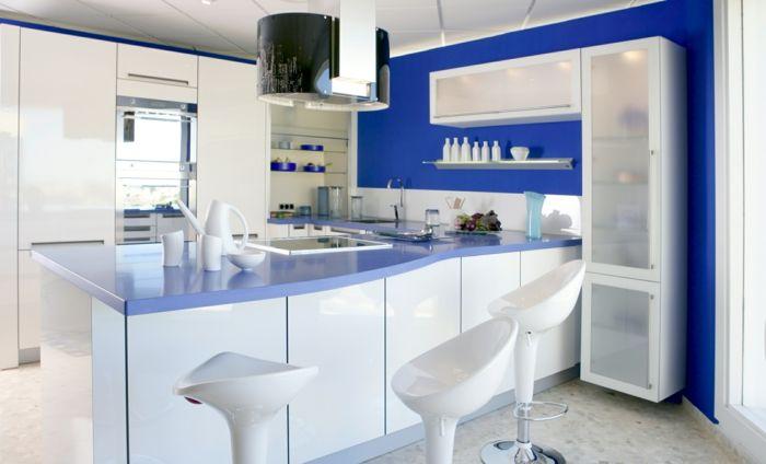 küche wandgestaltung ideen blaue wandfarbe weiße barhocker - wandgestaltung in der küche
