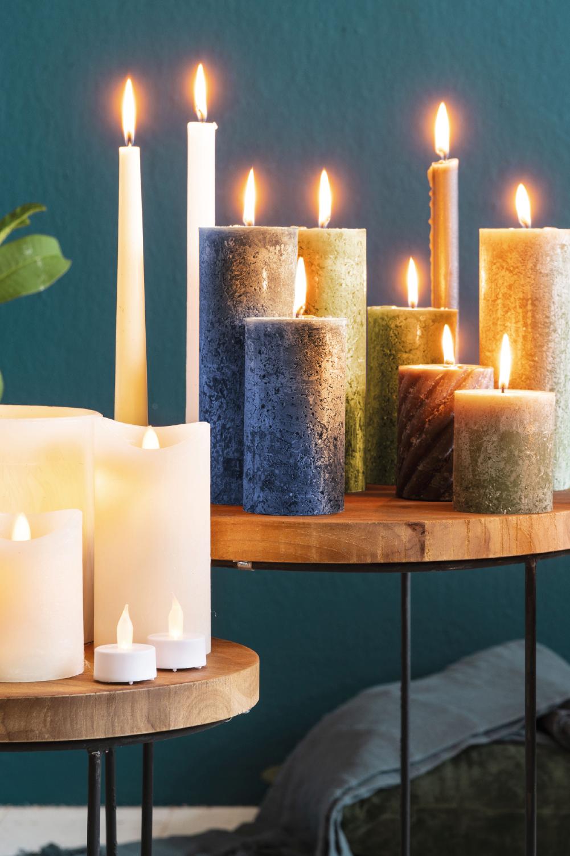 Früh dunkel? Gestalten Sie Ihr Wohnzimmer noch schöner und einladender. Mit diesen Kerzen wird es während der dunklen Tage richtig gemütlich. #action #kerzen #wohndekoration #inspiration #wohnzimmerideen #wohnzimmerinspiration #woonkamerinspiratie