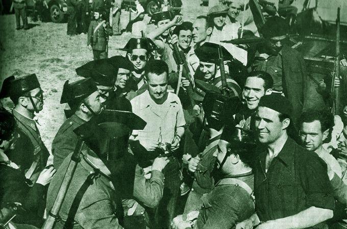 Frente de Somosierra, verano de 1936,  Francisco Galán, hermano del héroe de Jaca fraterniza con los guardias civiles y milicianos. Foto: Albero y Segovia.   por Photospain