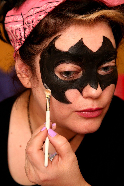 Fledermaus Schminken Schritt Fur Schritt Anleitung Halloween Zenideen Fledermaus Schminken Fledermaus Schminken Kind Halloween Schminken Kinder