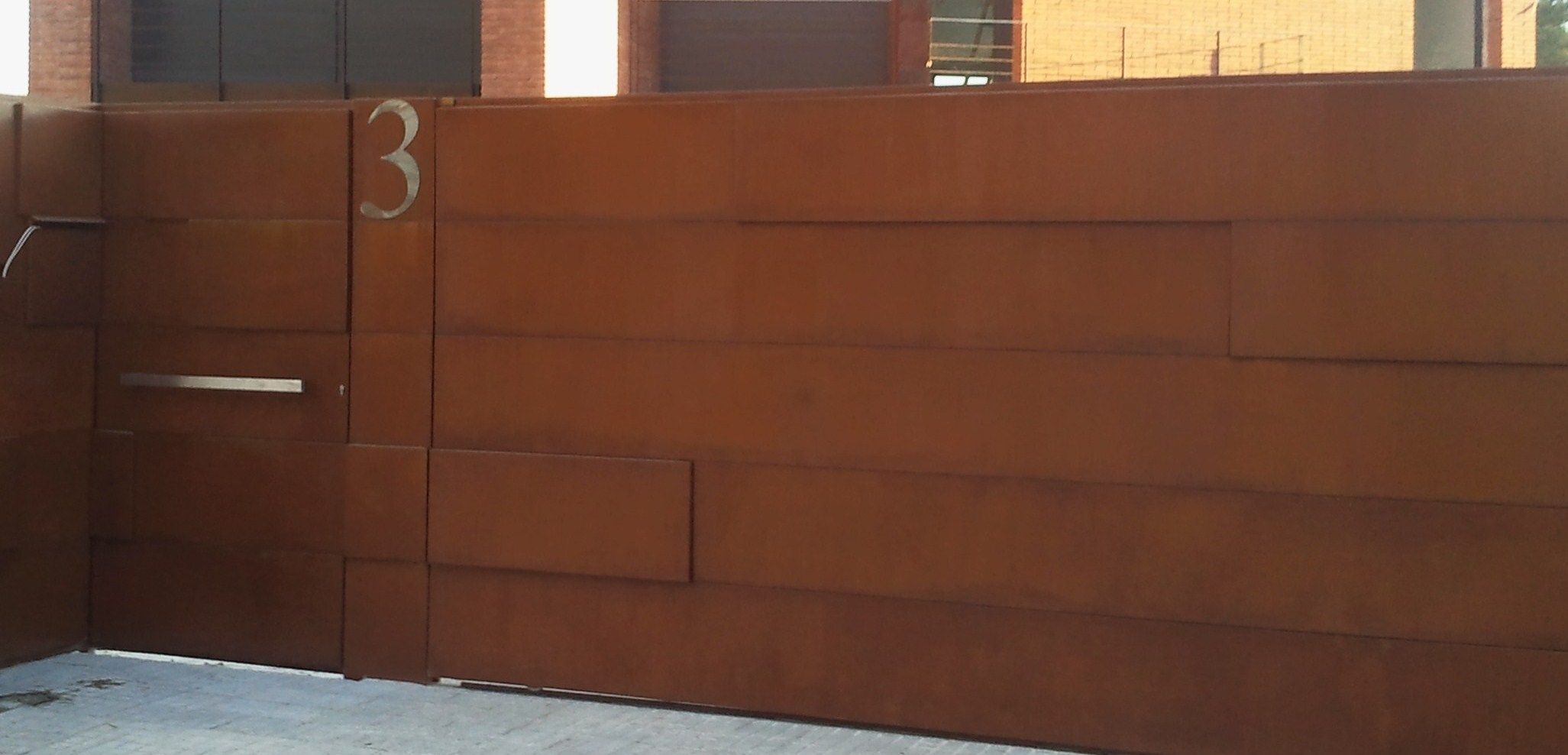 Puerta carruajes y peatonal en acero corten con proceso de - Acero corten fachadas ...