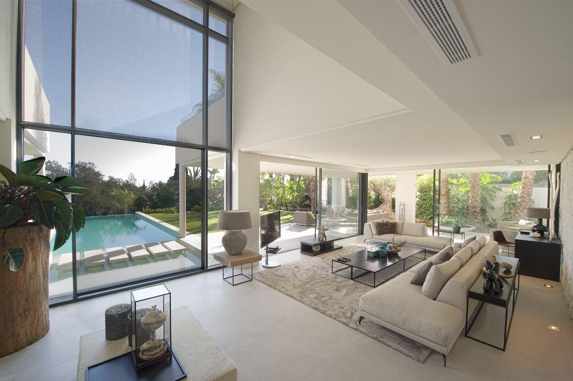 Luxe Villa Aan Zee 1 Raw Interiors Met Afbeeldingen Villa Luxe Woonkamer Luxe Inrichting