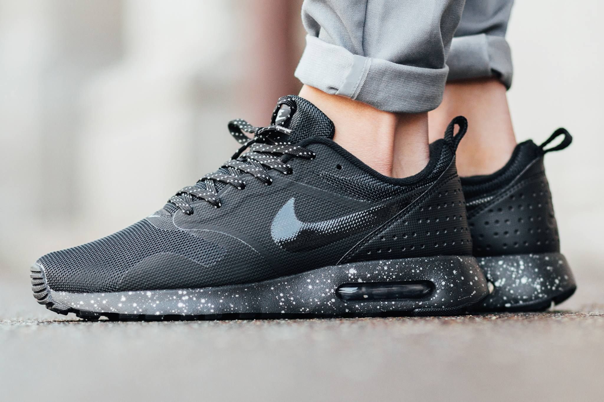 Nike Air Max Tavas Essentiels Chandeliers Détain Noir-noir-métalliques