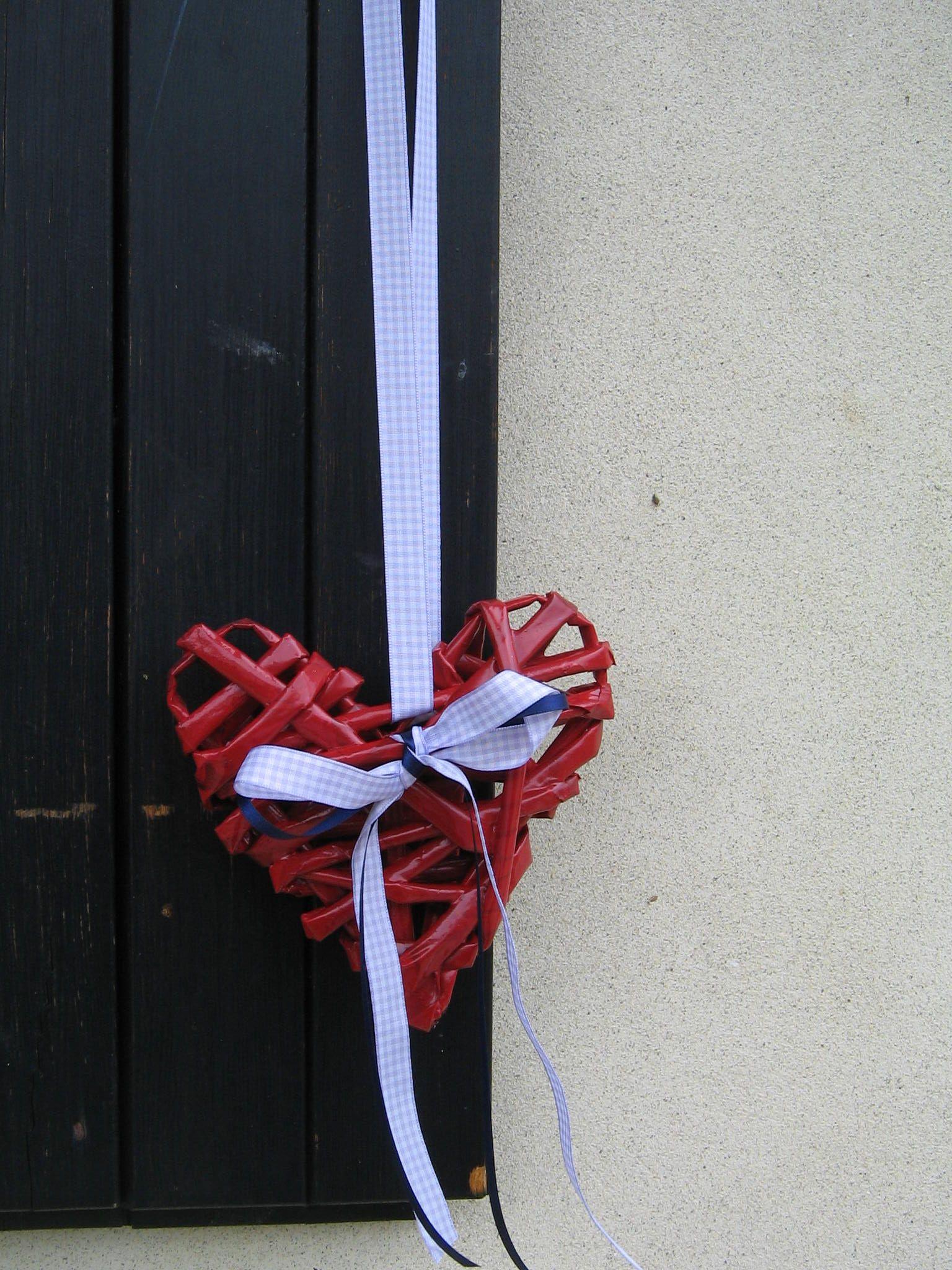 cuore realizzato con cannucce di carta recycled paperheart