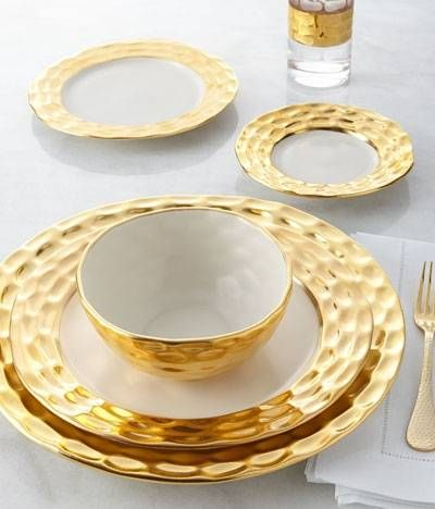 Set A Gilded Table With These 5 Luxury Dinnerware Sets Gold Dinnerware Dinnerware Tableware Luxury Dinnerware