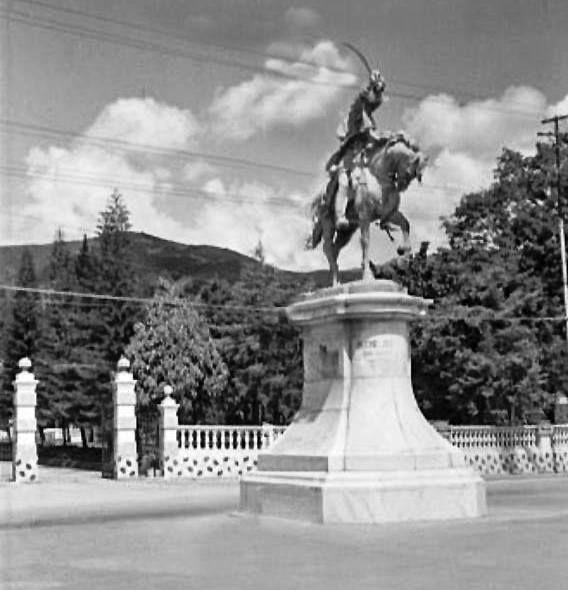 Estatua de Antonio José de Sucre en la Av San Martín con toma hacia