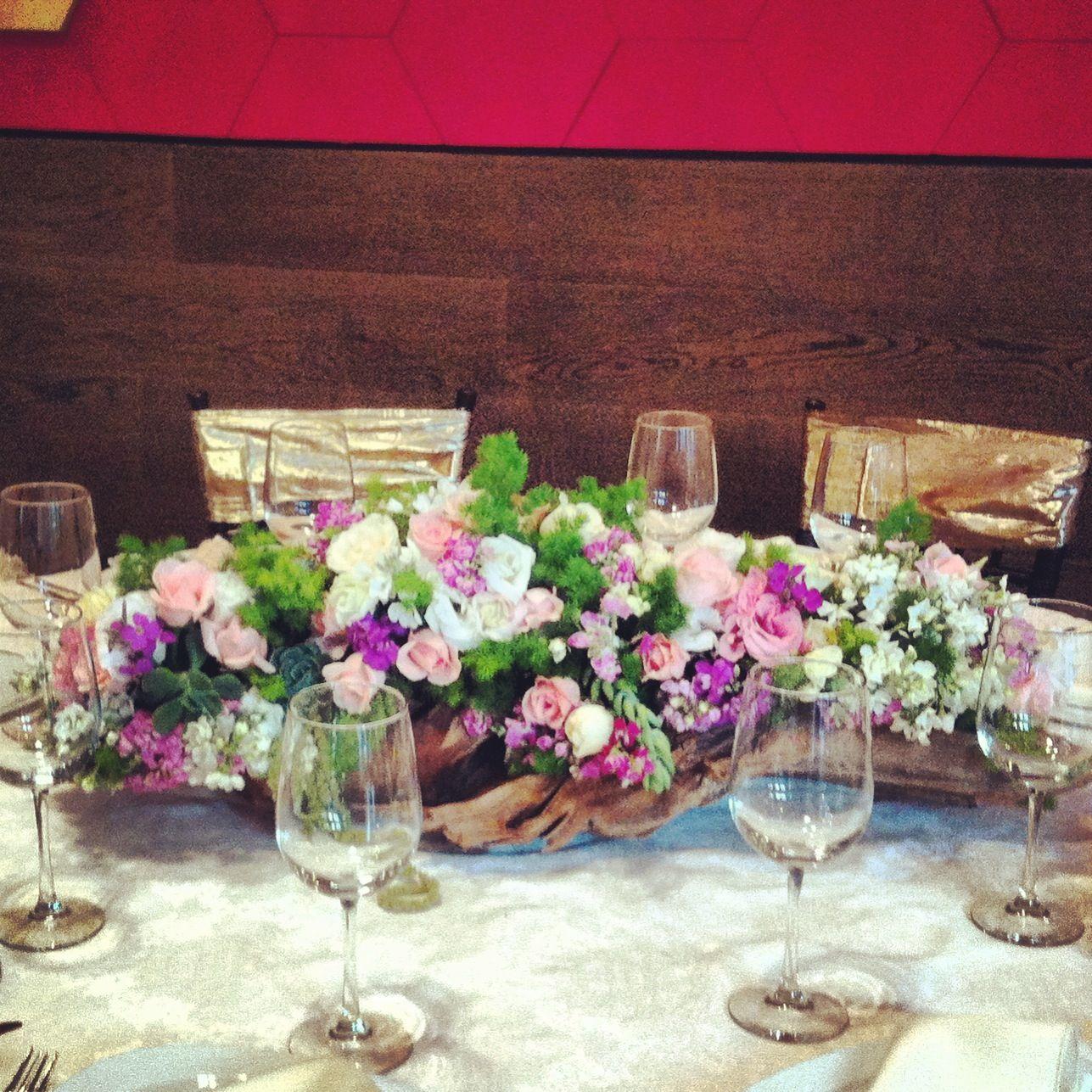 Centro de mesa en tronco decorado con flores de temporada - Mesa de tronco ...