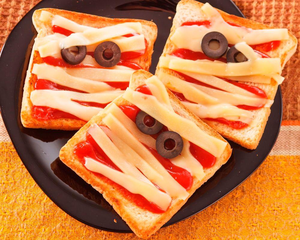 Sandwiches momia para la noche de Halloween :) Para mmmorirse de ...