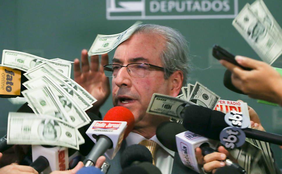 Presidente da Câmara, Eduardo Cunha, tem cédulas com a imagem de seu rosto jogadas em sua cara.