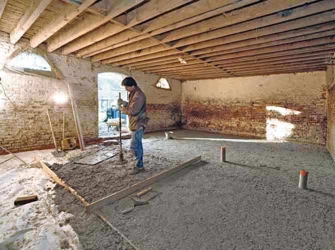 Chanvre Et Chaux Le Parfait Duo Pour Une Chape Isolante Maison Bioclimatique Renovation Maison Maison En Paille