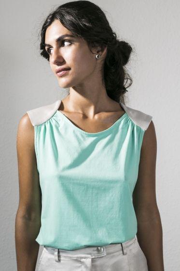 Blusa ecológica bicolor escote trasero en pico por PURE Green Apparel, 119,00 EUR