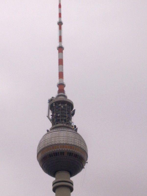 In Luftiger Hohe Reinigen Professionelle Fassadenkletterer Von Aussen Die Fenster Des Berliner Fernsehturms Fernsehturm Bilder Fassade