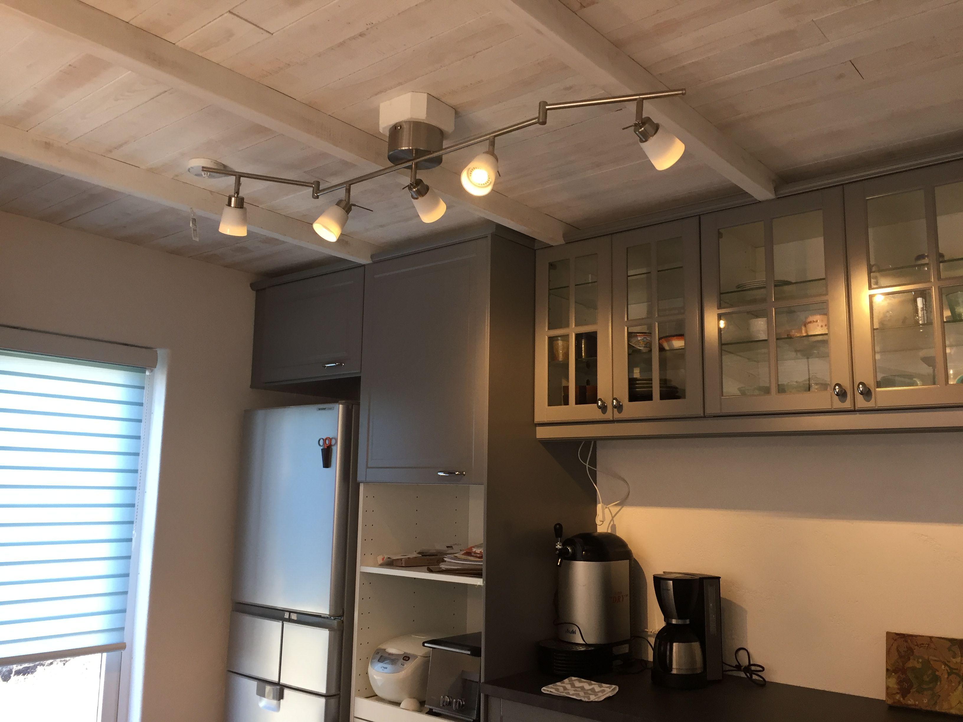 Ikeaでご購入の吊戸棚と収納が職人の技で梁の間にキッチリ収まってい