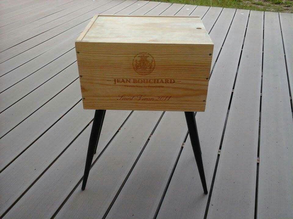 Table De Chevet Une Caisse De Vins Avec Son Couvercle Coulissant Et 4 Pieds Vintage De Recuperation Et Le Tour E Caisse A Vin Deco Bois Caisse Bois