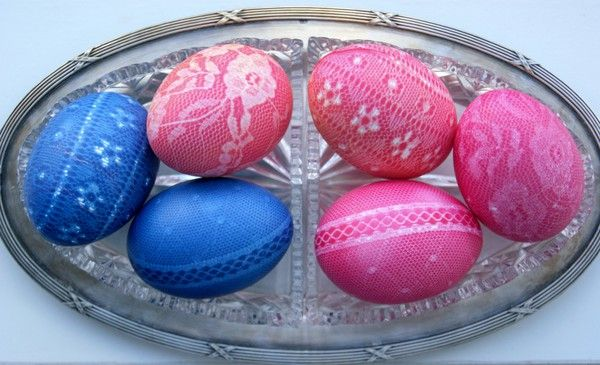 DIY Lace eggs! Simply cover the eggs tightly in lace and let them stand in egg or food color. When you remove the fabric it leaves a beautiful pattern! A super easy way to make beautiful  Easter eggs. Swedish, but with pictures!