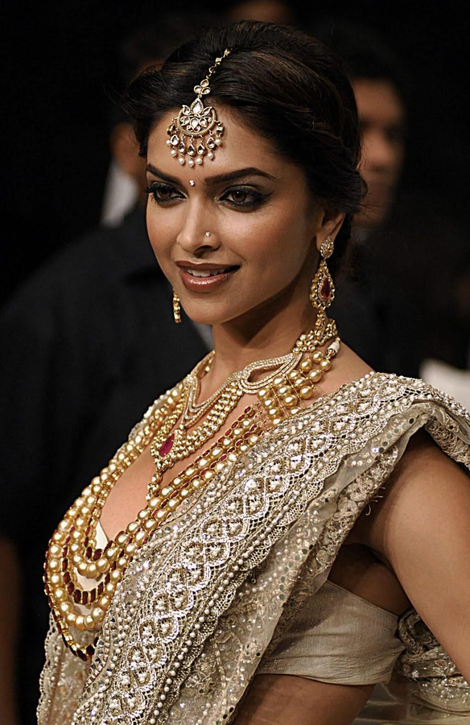 Actress Deepika Padukone Wearing Bridal Hairstyle ...