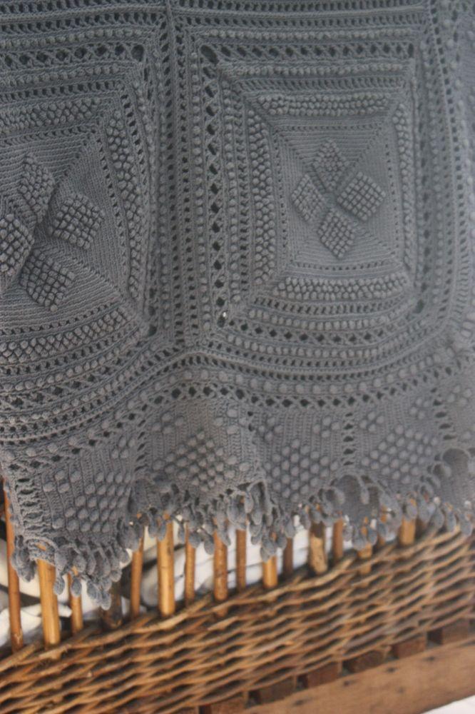Superbe très grand plaid ou couvre lit ancien réalisé au crochet à la main  et teint 7d083fe5ca4