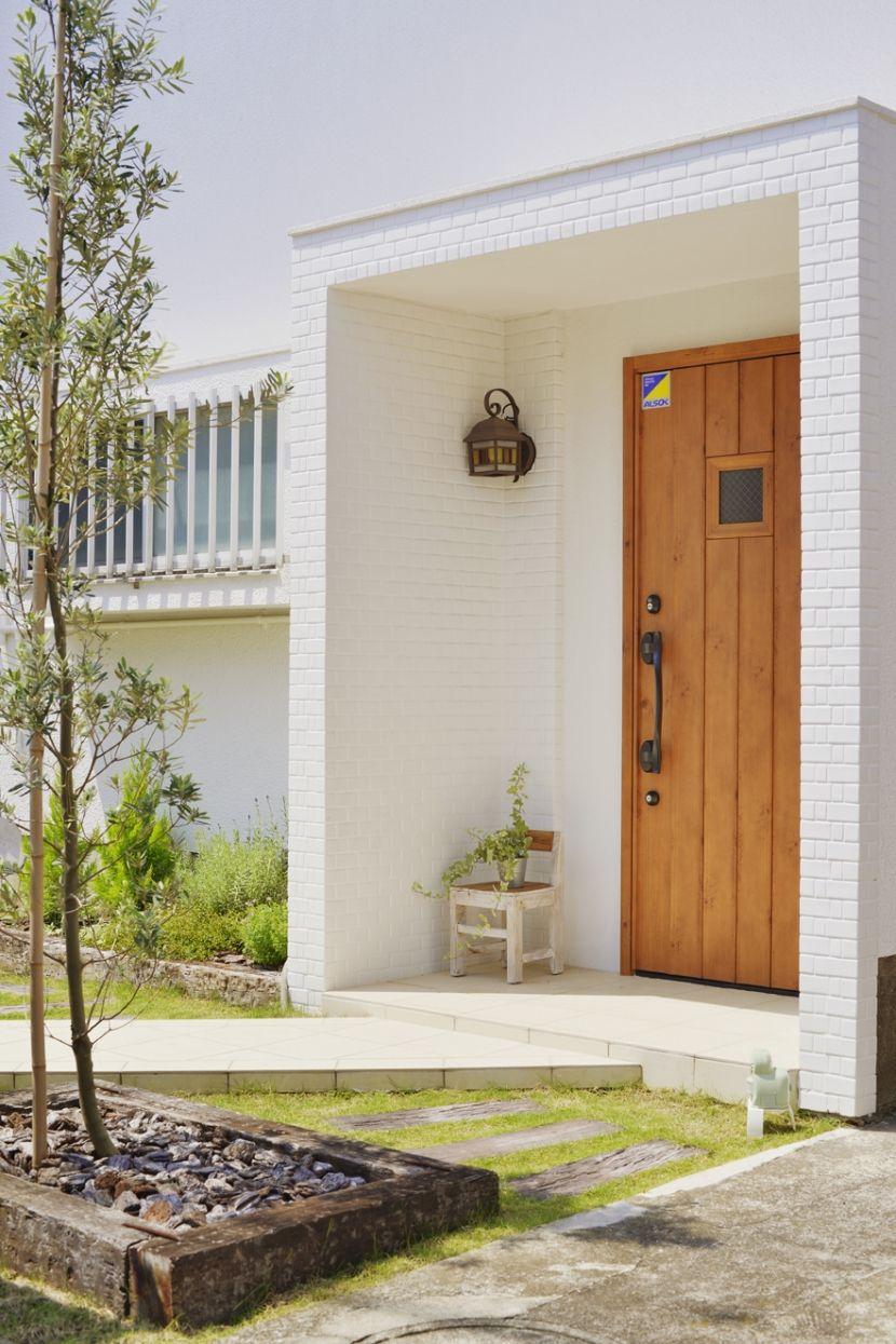 花もグリーンも 玄関ポーチを明るく飾ってくれるガーデニング 玄関