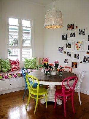 Mistura de peças coloridas e diversos quadros na parede criam um ambiente vivo e descontraído