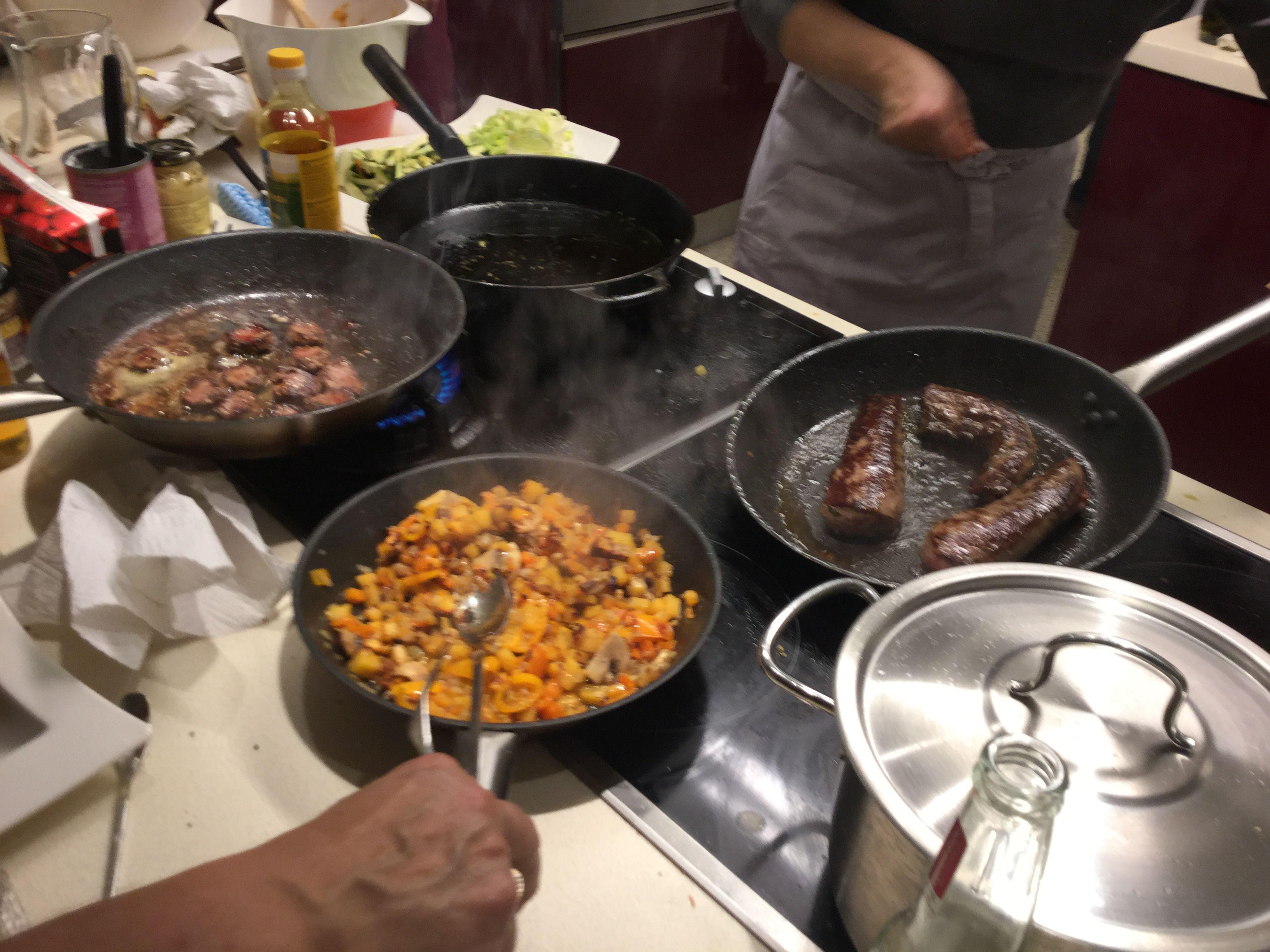 Lammas-sieni-sipuli-paparika paistos: Lanttu, Sipuli ja selleri viipaloidaan ja keitetään kevyesti. Sekoitetaan panulla paistettavien sekaan. Lammasta, sieniä, paprikaa, porkkanaa paistetaan pannulla ripauksessa öljyä, maustetaan maun mukaan mustallapippurilla ja suolalla. Sekoitetaan ja nautitaan!