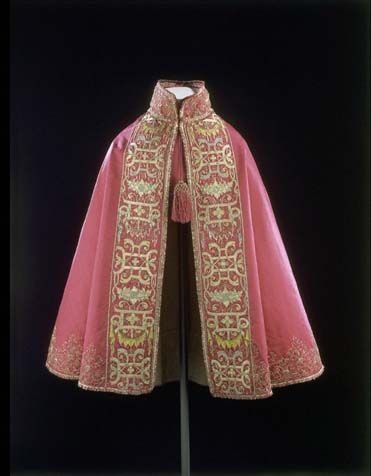Cloak made in France in 1580-1600 is now part of © Victoria and Albert Museum collection (London)