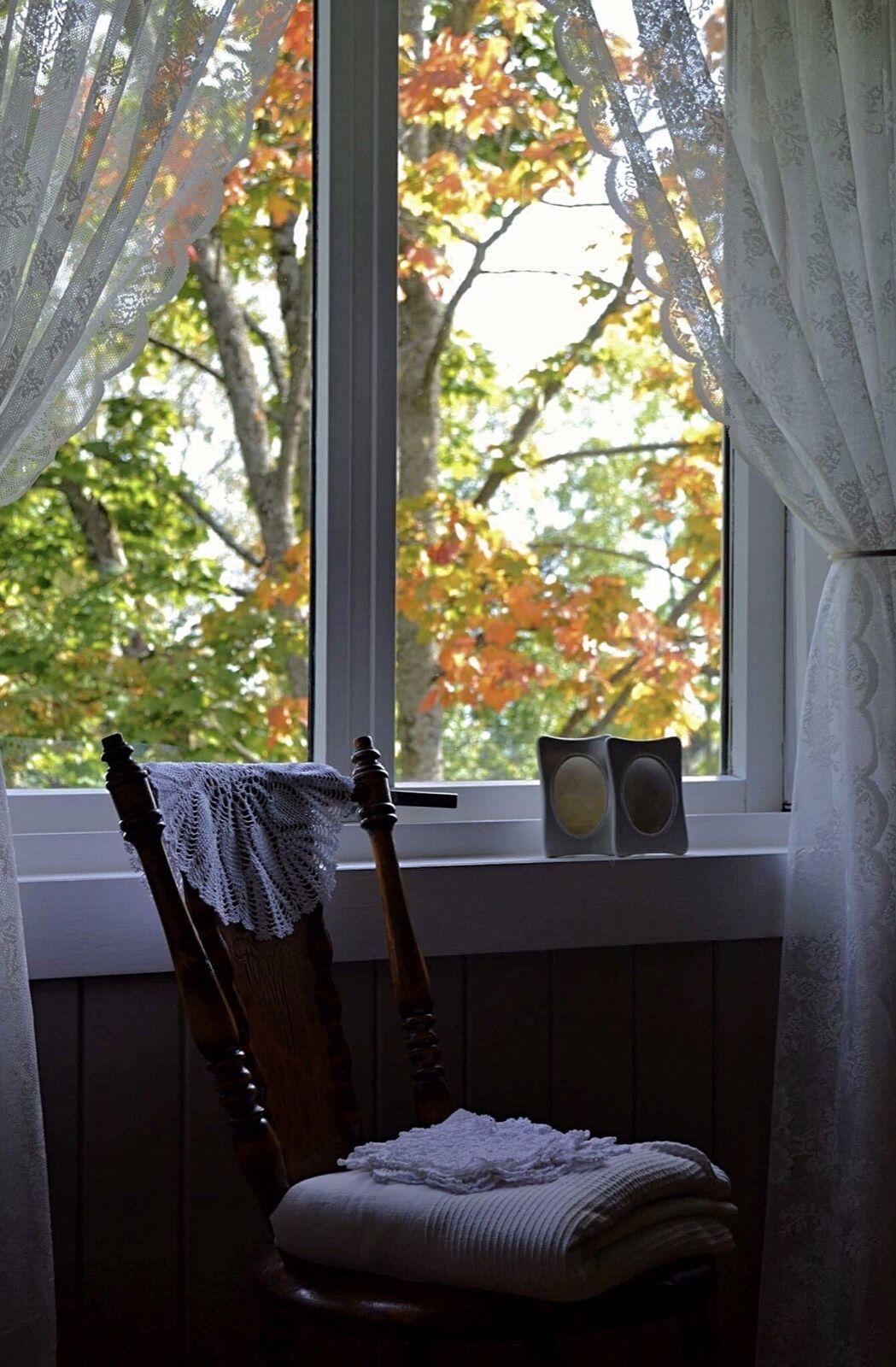 Photo of Gammeldags soverom, gammel stol, hekleduker, blondegardiner, vindu, høst, landl…,  #blondeg…