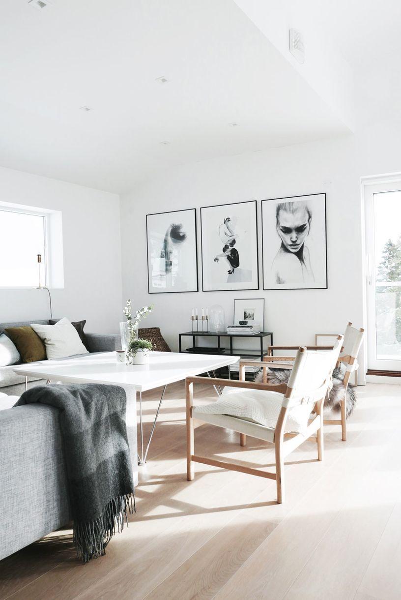 Tre store bilder som Anna selv har designet, pryder stueveggen. Sammen med det mørke pleddet fra Elvang skaper de kontrast i interiøret. Sofaen er fra Bolia og bordet har Anna kjøpt på Møbelringen.