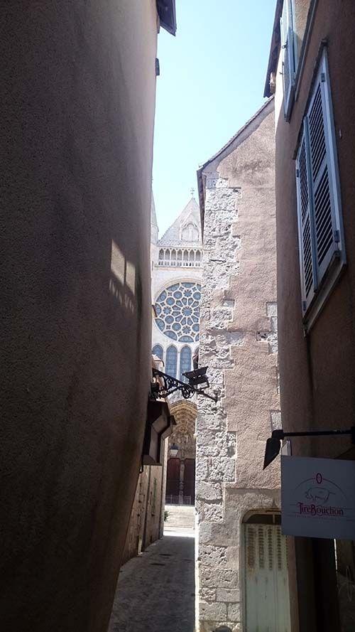 La cathédrale de Chartres, entre deux rues