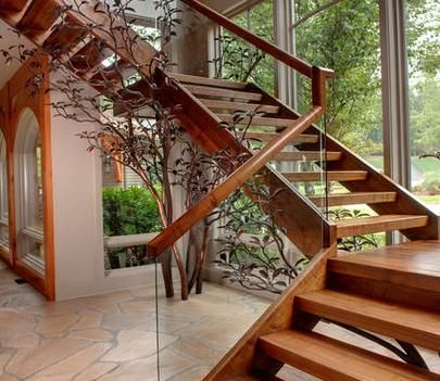 escaleras colgantes con pasamanos de madera y cristal