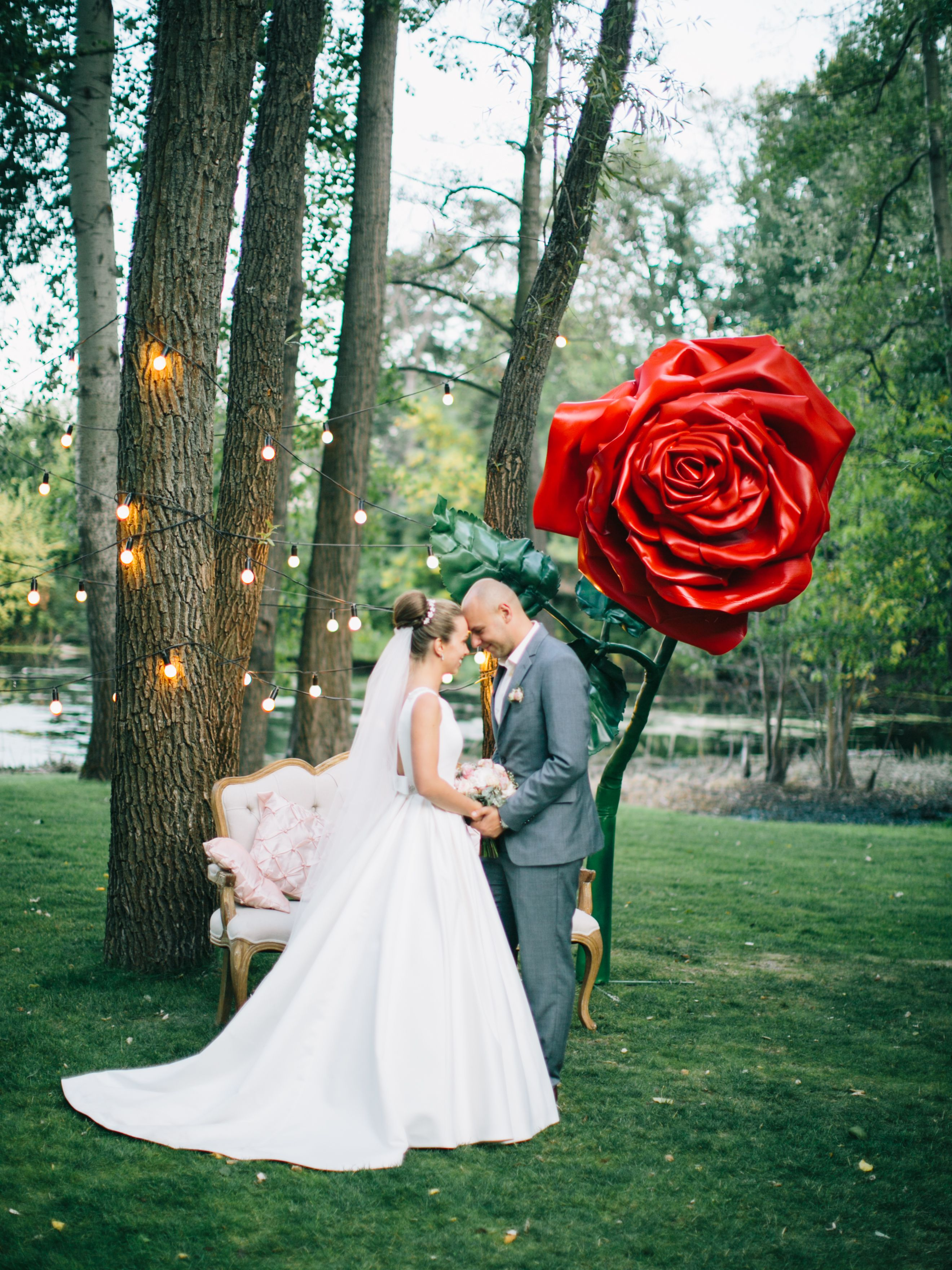 wedding photo zone, wedding photo, wedding decor, night wedding photo zone, night photo zone, flowers decor, garland, свадебная фото зона, ночная фотозона, оформление свадьбы, летняя свадьба, цветочное оформление, гирлянда, цветы, роза, диван, маленький принц