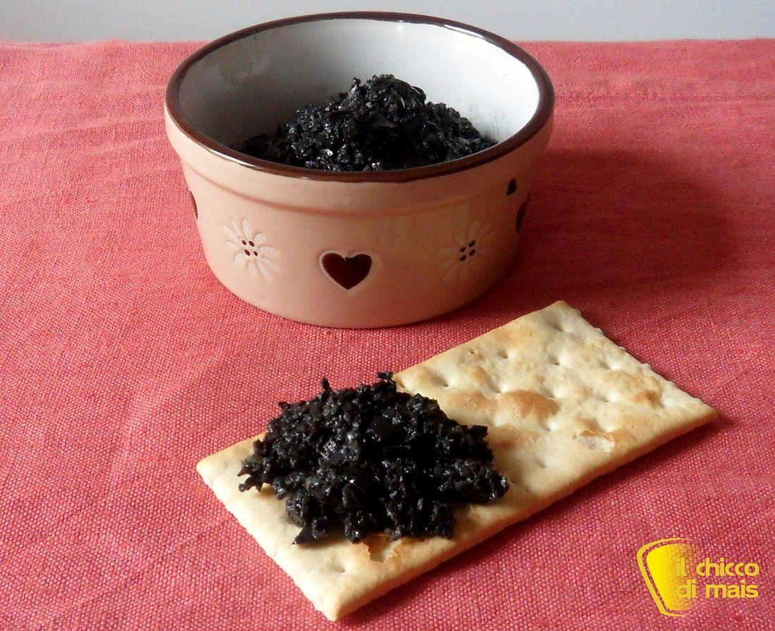Patè di olive nere (ricetta vegan). Ricetta del patè di olive, quali scegliere e come usarlo per condire la pasta e preparare crostini, bruschette e tartine