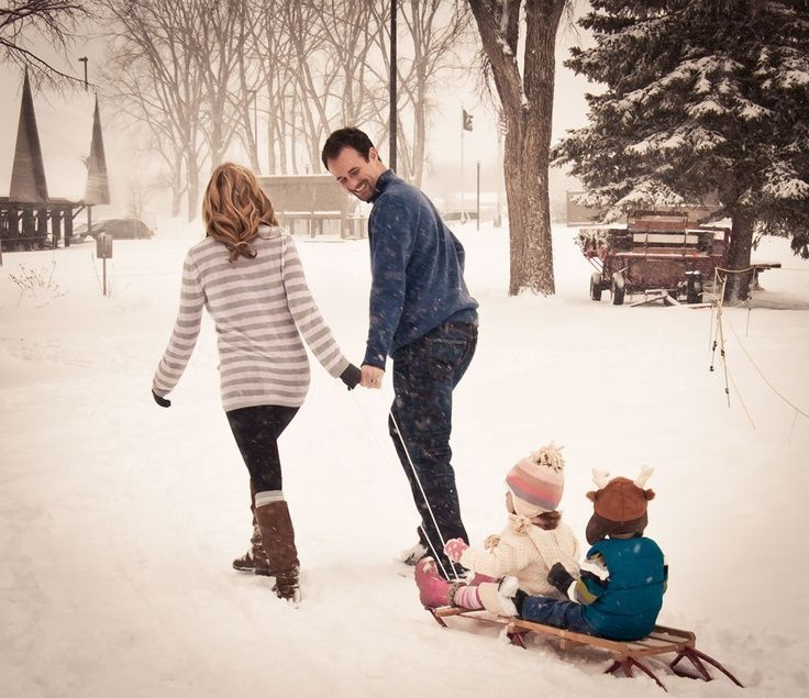 Winter Family Photos If only we had a sled!! So cute! #winterfamilyphotography