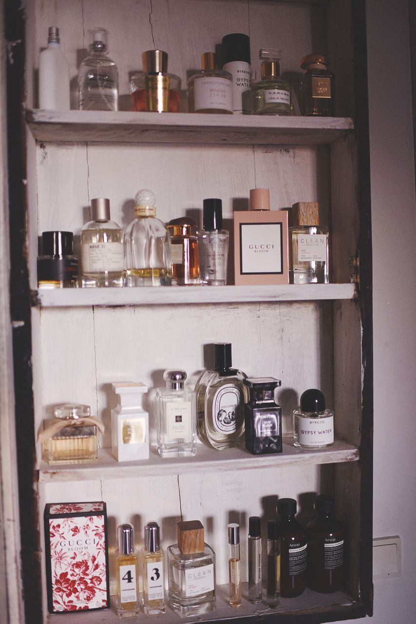Yndlingsduft Emily Salomon Perfume Collection Perfume Collection Makeup Bags Eos Lip Balm Beauty Product Perfume Organization Perfume Storage Perfume Display