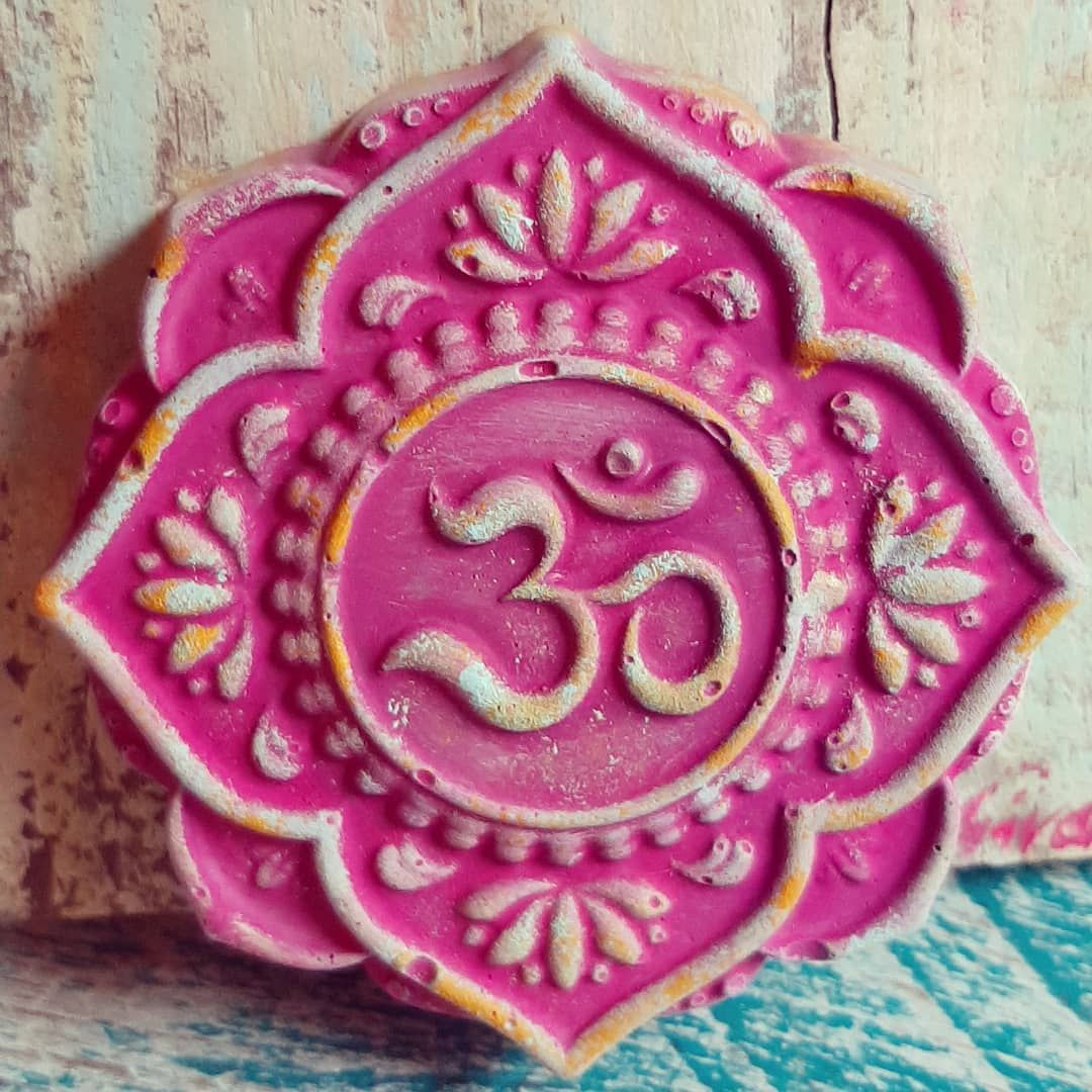 Read More on the Think Positive and Have the BOOK  OM MANDALA STEIN  Auch im neuen Monat geht's bunt weiter.  Kraftvolle Meditationsbegleitung in PINK In vielen weiteren Farben möglich... #feiertag #november #pink #thinkpositive #thinkpink #om #mantra #klang #yoga #yogini #geschenkideen #weihnachtsgeschenke #lovely #hausaltar #leuk #homesweethome #handmadewithlove #spirituell #monatnovember