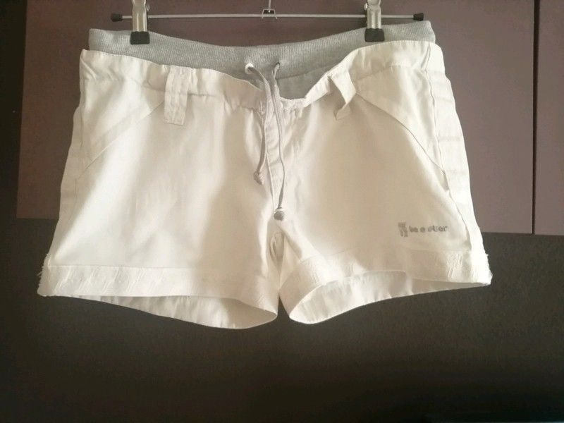 Pantalon Corto Tipo Chandal Super Elastico Color Blanco Y Gris Con Letras En Plata De La Marca Be En 2020 Falda De Pana Pantalones Adidas Pantalones Cortos Vaqueros