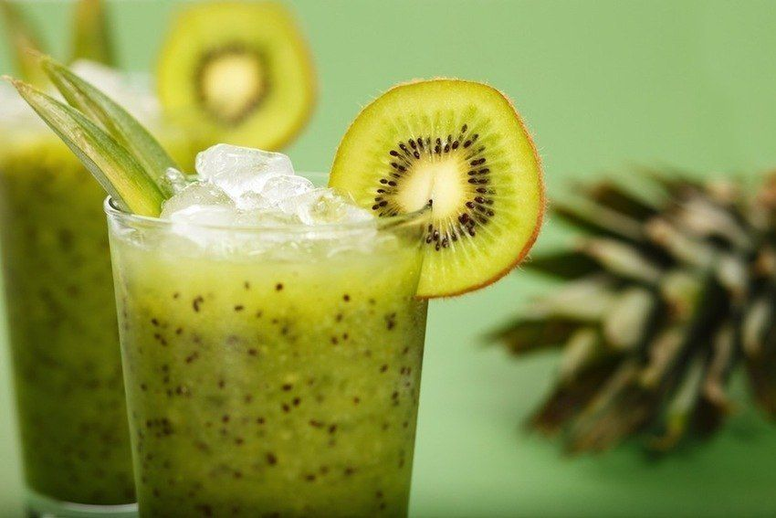Smoothie no. 5 - kiwis, strawberries, pineapple and spinach (no banana)  #vegan #smoothies